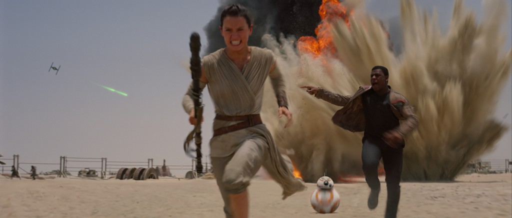 Rey (Daisy Ridley), der Droide BB-8 und Finn (John Boyega)
